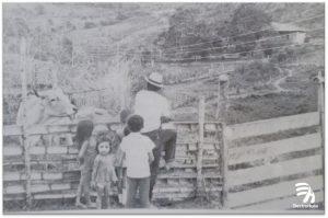 """1980 cobertura del servicio en zona rural. Los años 80"""" fueron productivos en el incremento de la cobertura del servicio y en la participación de Electrohuila en el estudio de alternativas para el desarrollo de la generación de energía aprovechando el potencial de los ríos Magdalena, Páez y La Plata."""