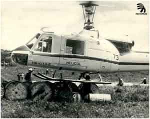 Electrohuila suscribe contrato en 1985 para la construcción, prueba y puesta en servicio de la línea eléctrica Neiva - Vegalarga, en la imagen se pueden observar los trabajos adelantados en ese año para la obra. Electrohuila fue pionera a nivel nacional en el desarrollo de la electrificación rural.